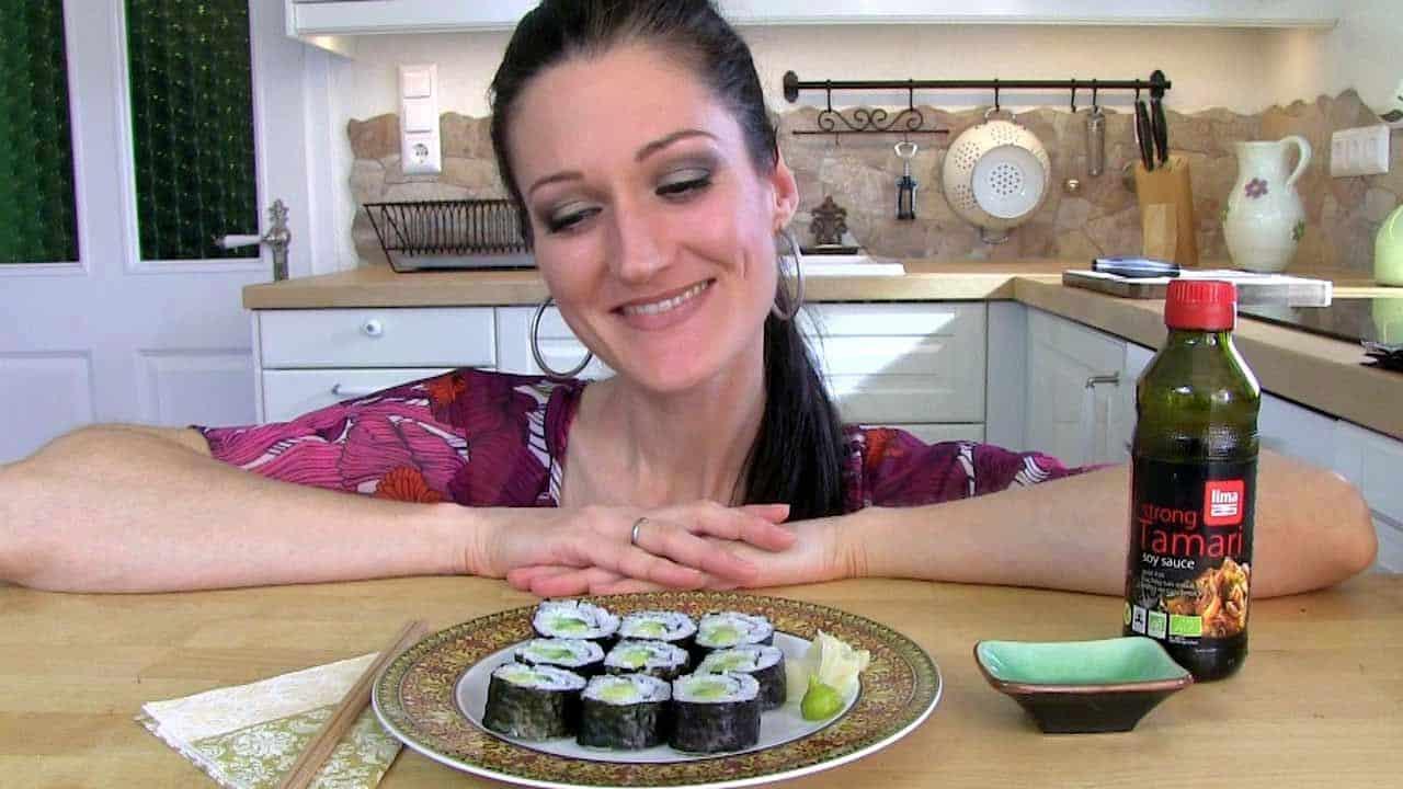 Lana schaut auf einen Teller voller Gurken-Avokado-Maki.