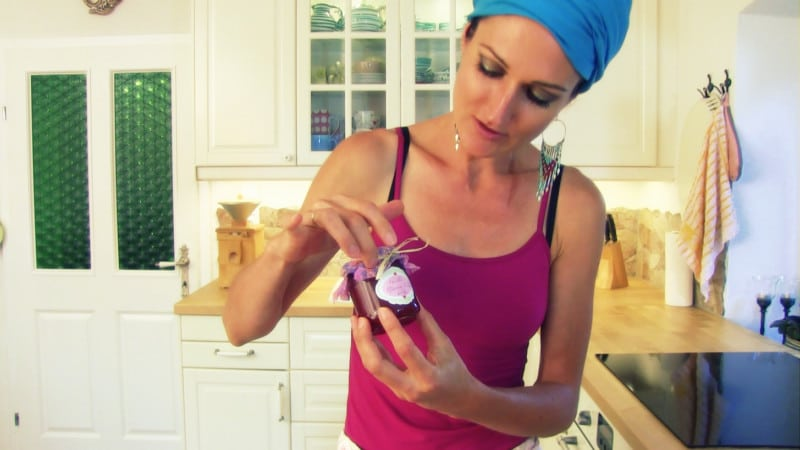 Lana mit einem Glas Marillenmarmelade