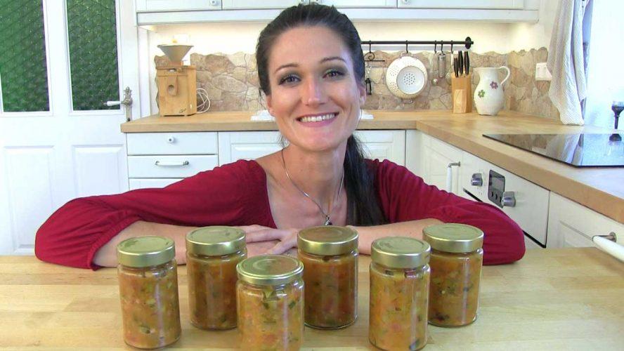 Am Bild ist Lana und freut sich über die fertigen Gläser ihres Zucchini-Paprika-Relish.