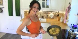 Lana beim Kochen als Symbol für Gesundheit, Ernährung und Clean Eating