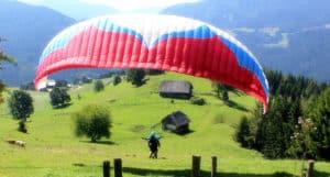 Lana fliegt Gleitschirm am Zirbitzkogel