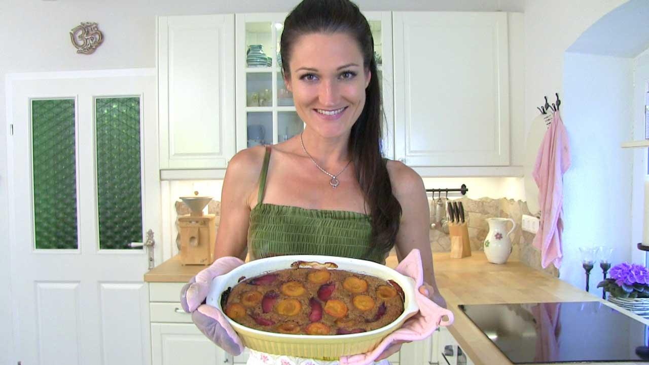 Lana hält eine Form mit dem fertigen Zucchinikuchen in ihren Händen.