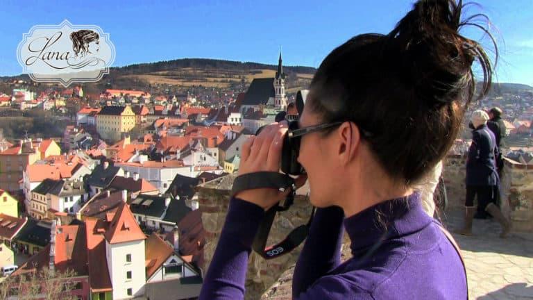 Lana blickt über Krumau in Tschechien