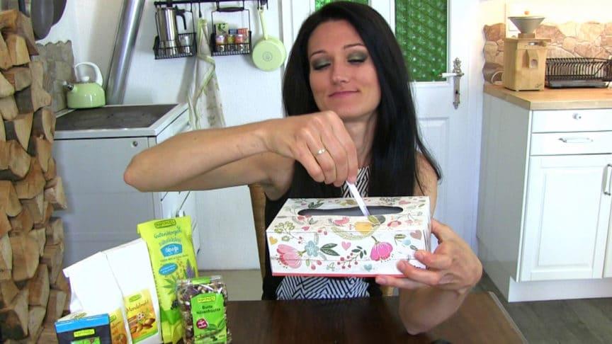 Lana bei der Ziehung des Rapunzel Gewinnspiels mit der Box der Teilnehmer