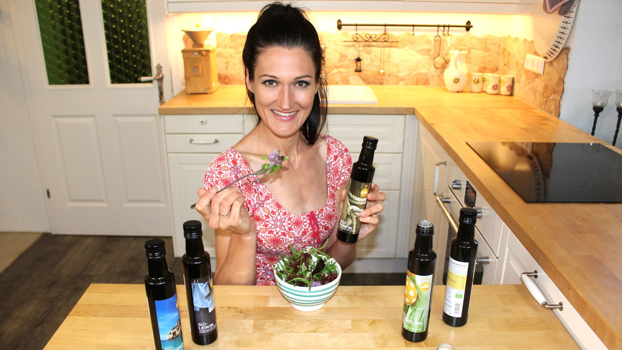 Sandra aka Lana mit verschiedenen Ölen und einem Salat