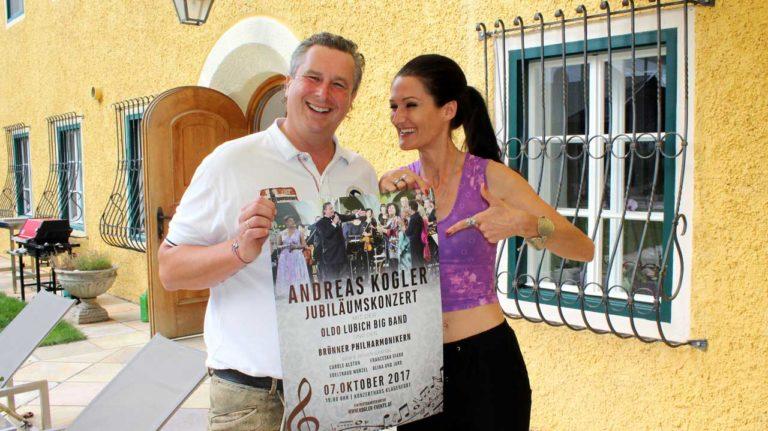 Andreas Kogler und Lana zeigen das Plakat zum Konzert her.