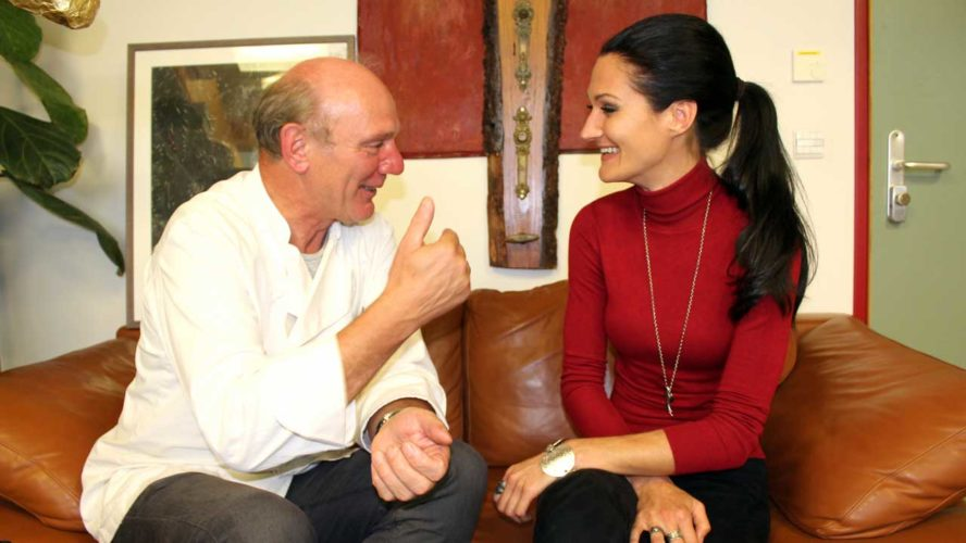 Lana und Josef Zotter, Chef der Zotter Schokoladen Manufaktur, unterhalten sich angeregt.