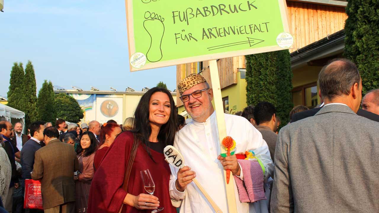Lana mit einem Aktivisten gegen Gentechnologie am Eine Welt Festival von Rapunzel.