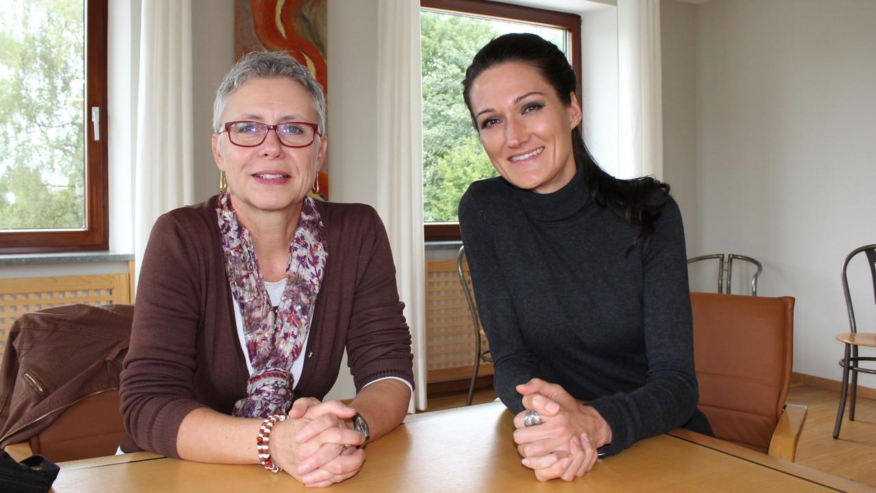 Auf dem Bild sitzen Agraroekologin Dr. Angelika Hilbek und Videobloggerin Lana beim Interview.