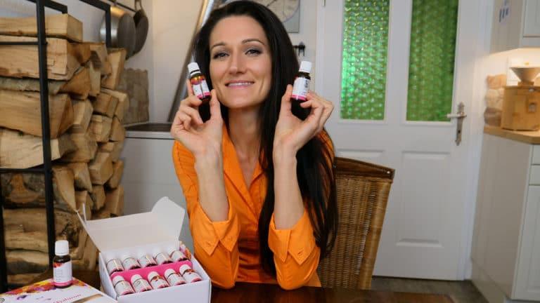 Lana freut sich über die vielen Fläschchen Regulatpro Hyaluron, die vor ihr am Tisch stehen.