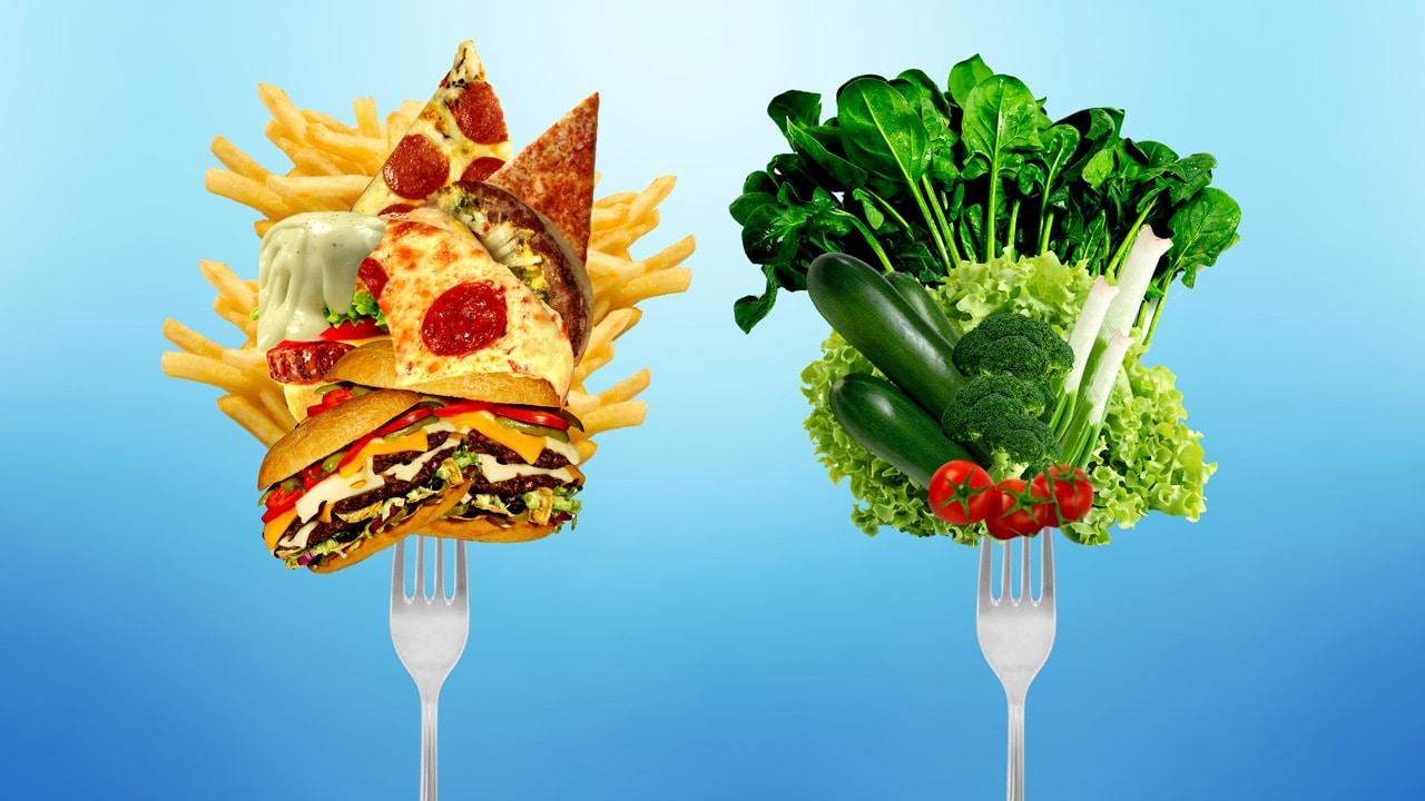 Auf diesem Bild befinden sich zwei Gabeln. Auf einer ist Fastfood und auf der anderen gesundes Gemüse zur Diabetesprävention.