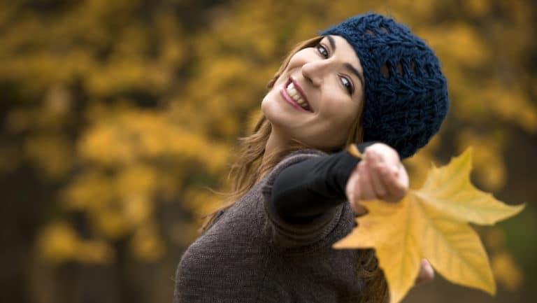 Eine vitale Frau mit starkem Immunsystem in der kalten Jahreszeit.
