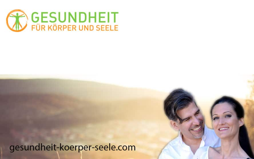 Im Vordergrund Sandra und Matthias Exl mit dem Logo von Gesundheit für Körper und Seele. Im Hintergrund eine weite Landschaft.