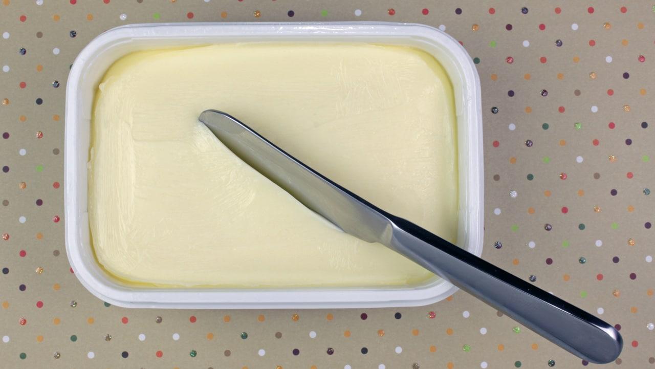 Ein Becher Margarine mit Transfettsäuren, die man nicht sieht.