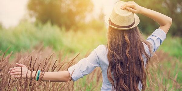 Gesundheit und Seelenbalsam - Eine Frau in der Natur im Sonnenschein