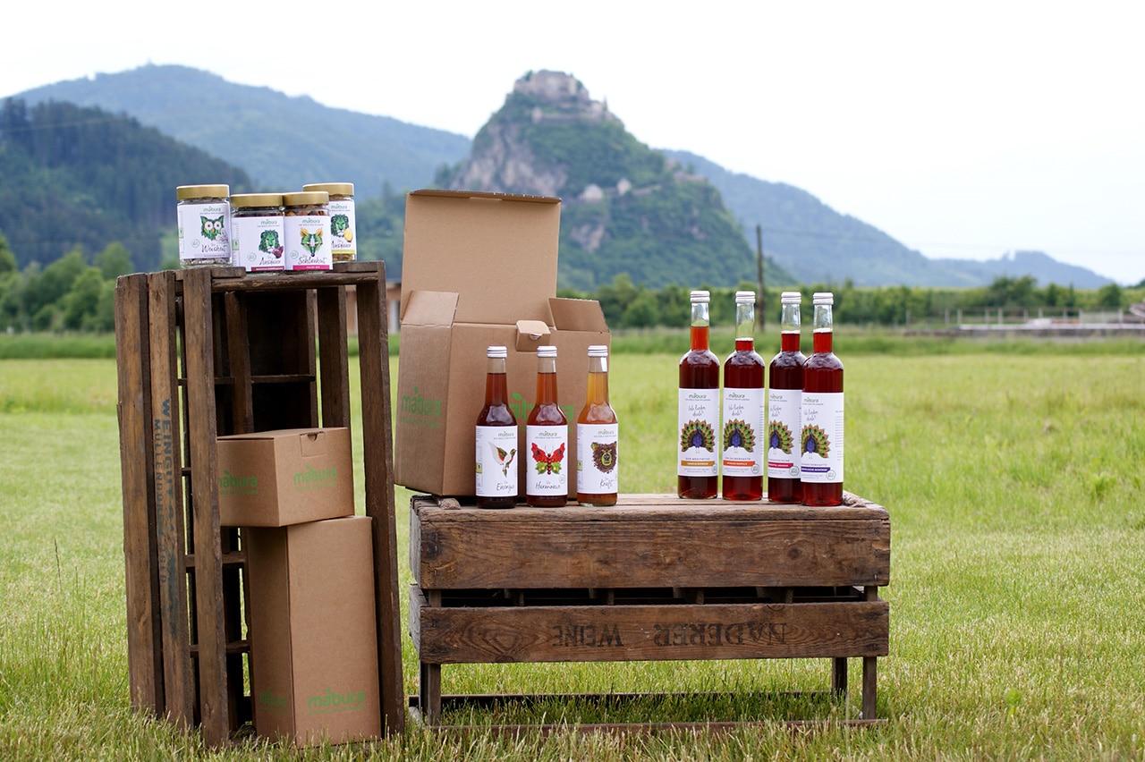 Verschieden Produkte von Mabura vor Hochosterwitz