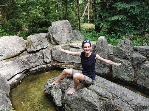 Sandra Exl beim Kneipen im Moorwald in Bad Leonfelden