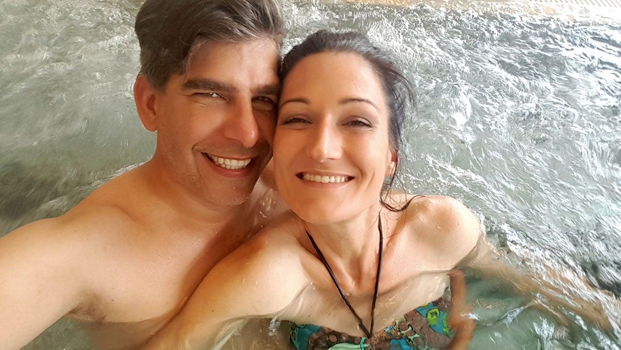 Matthias und Sandra entspannen und haben Spaß im Whirlpool des Spa Hotel Bründl.