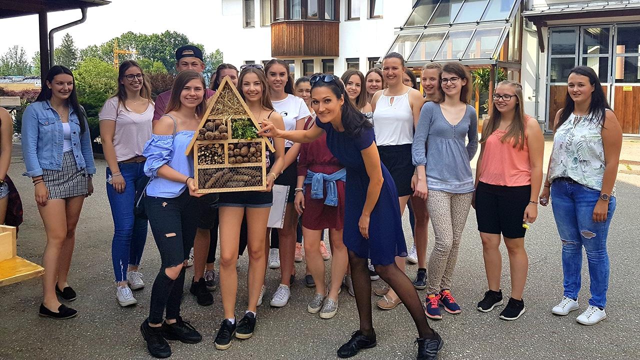 Die Schülerinnen und Schüler der HBLA Pitzelstätten zeigen ihr im Rahmen des Umwelttags selbstgemachte Insektenhotel her und Sandra aka Lana bewundert es.
