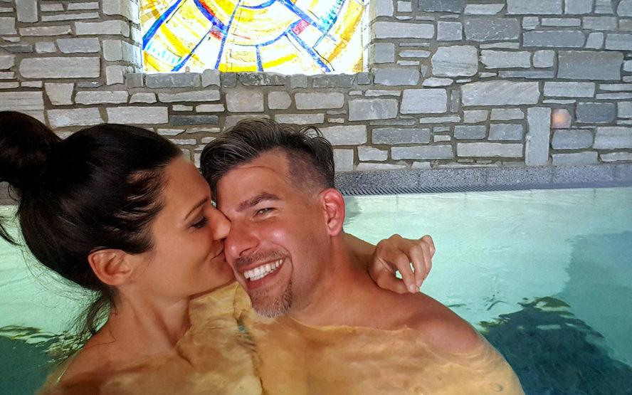 Sandra und Matthias Exl im Pool beim Hoteltest des Gesundheitshotels Miraverde in Bad Hall