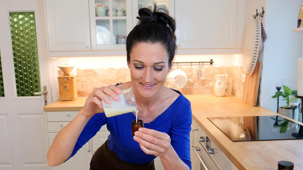 Sandra Exl füllt ihr selbstgemachtes Kokosöl-Natron-Deo in ein Glas ab.