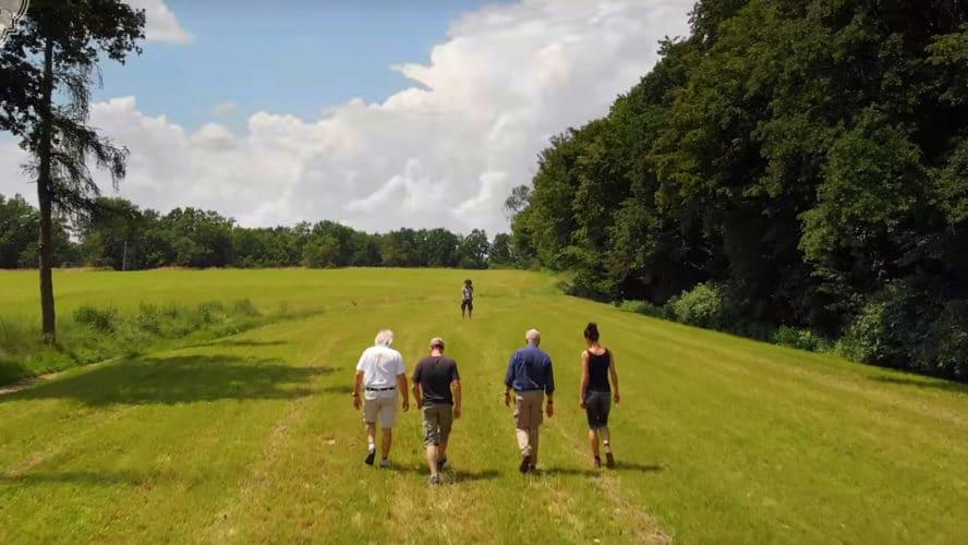 Sandra Exl aka Lana spaziert mit den Bio-Bauern und Initiatoren des Gemeinwohlprojekts Öko-Lebensraum Waldegg über das weitläufige Natur-Areal, auf dem das Projekt umgesetzt werden soll.