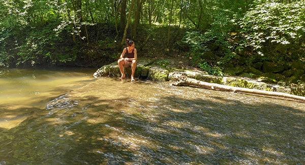 Sandra Exl bei einem Bach beim Waldbaden beim Gesundheitshotel Miraverde in Bad Hall