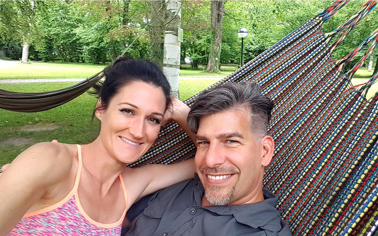 Sandra und Matthias Exl beim Hoteltest in der Hängematte im Kurhaus der Barmherzigen Brüder in Schärding