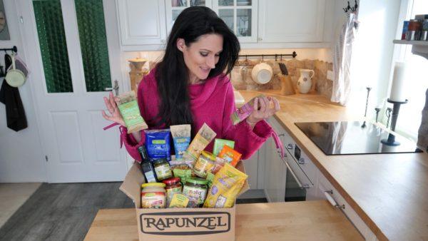 Sandra Exl mit einer Rapunzel Box voller Produkte zur Verlosung