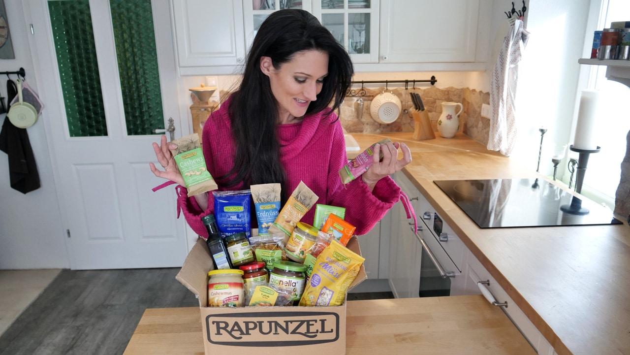 Sandra Exl mit einer Rapunzel Geschenksbox beim Lanaprinzip Gewinnspiel