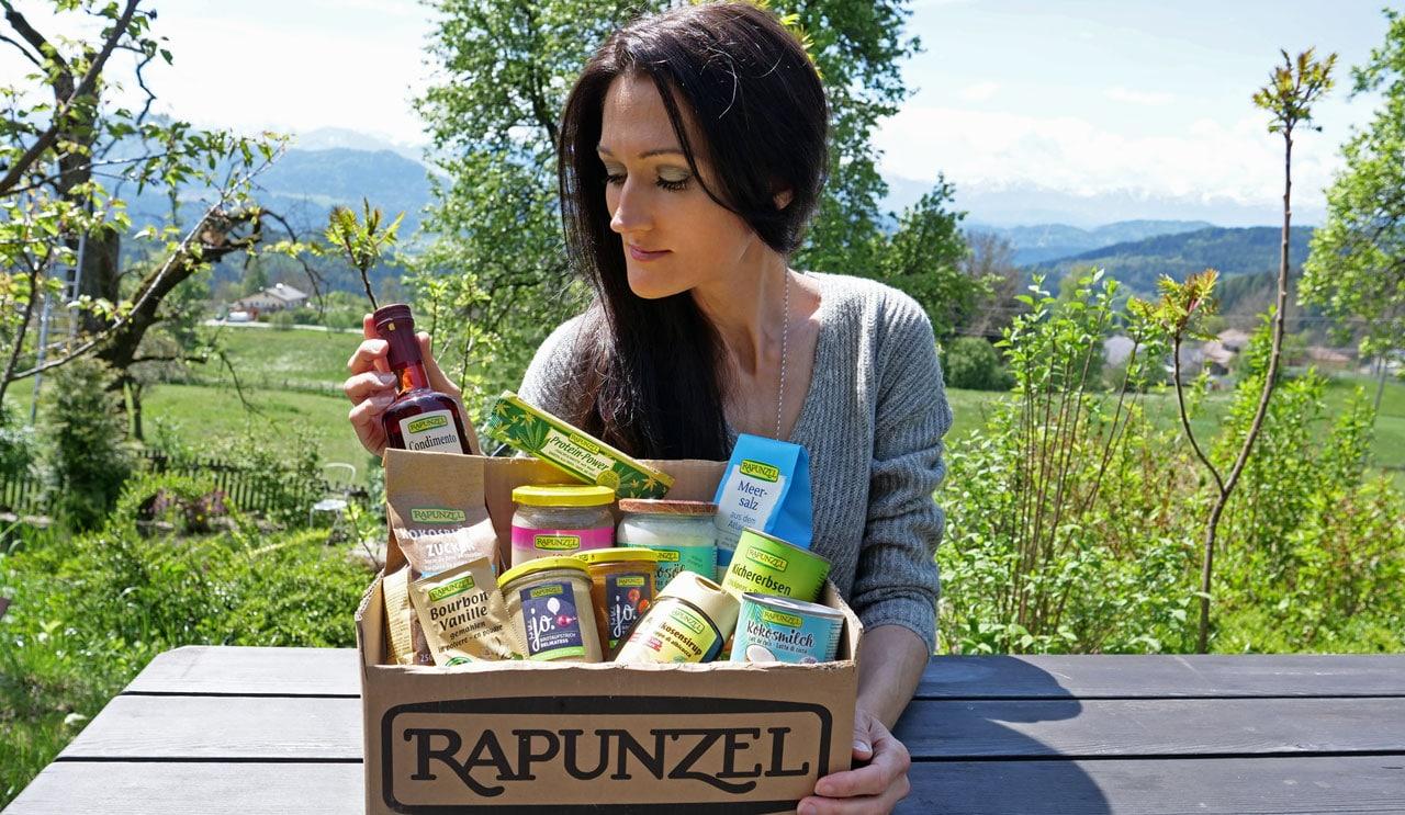 Sandra Exl und ein Paket von Rapunzel Naturkost