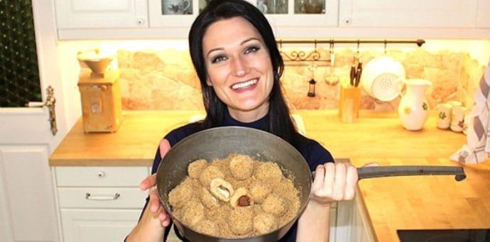 Sandra Exl mit einer Pfanne Schokoladenknödel