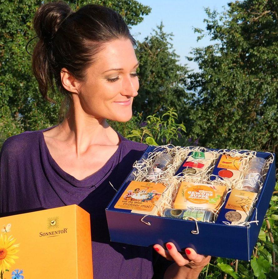 Sandra Exl mit einem Sonnentor Geschenkkarton zur Verlosung