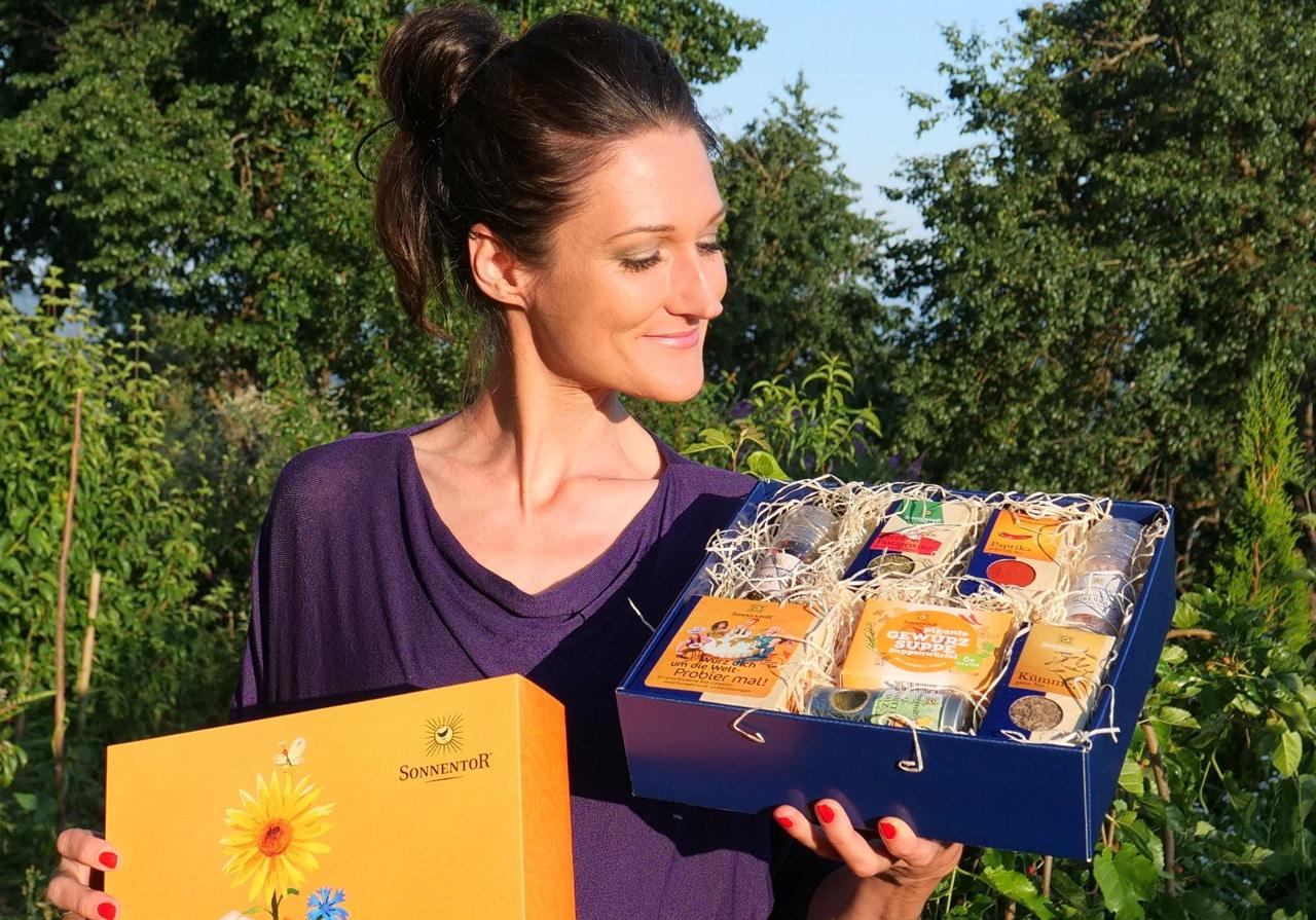 Sandra Exl und ein Karton von Sonnentor