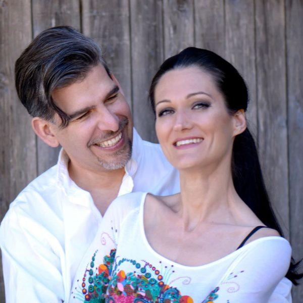 Sandra und Matthias Exl vor einer Holzwand