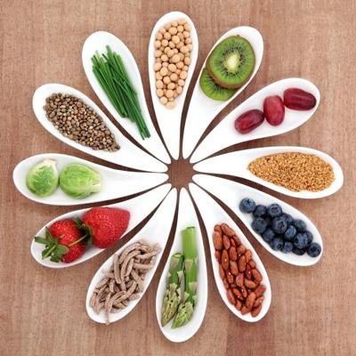 Mehrere Schalen mit gesunden Lebensmitteln