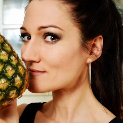 Sandra Exl riecht an einer Ananas