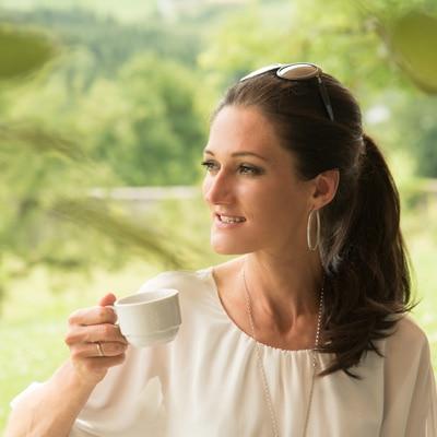 Sandra Exl beim Heilfasten mit einem Tee