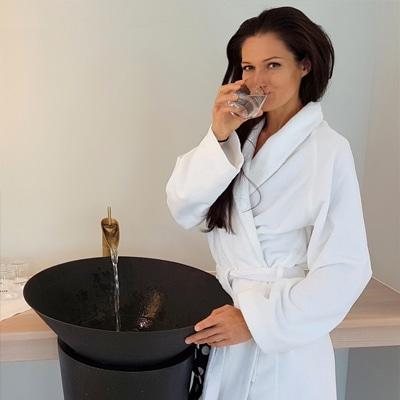 Sandra Exl bei einem Wasserbrunnen