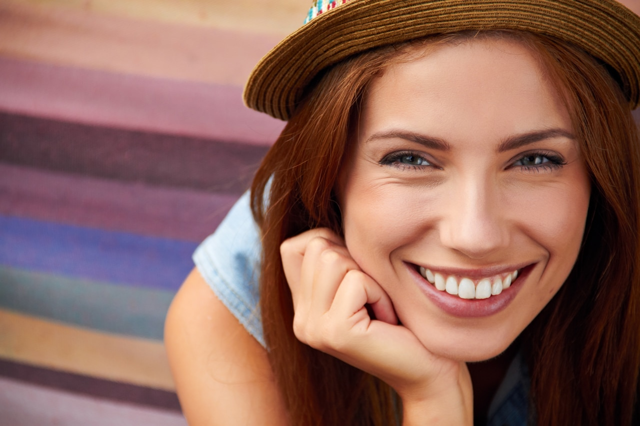 Eine attraktive Frau mit schöner Haut
