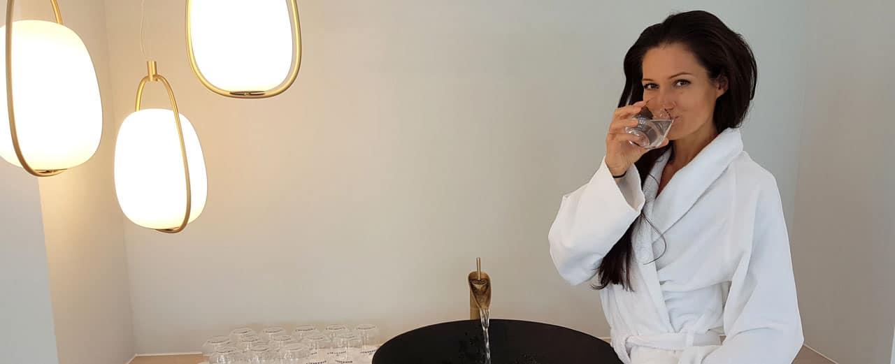 Sandra Exl trinkt ein Glas Wasser im Kurhaus