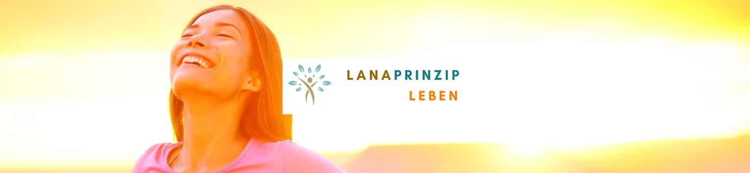 Eine Frau mit der Sonne im Hintergrund und der Lanaprinzip Leben Banner
