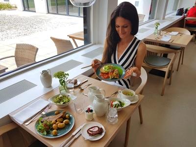 Sandra Exl beim Mittagessen im Kurhaus Marienkron