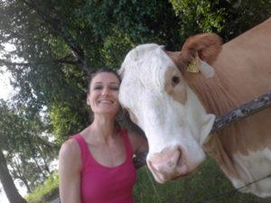 Sandra Exl und eine Kuh beim Urlaub am Bauernhof Schlinthof in Liebenfels, Österreich