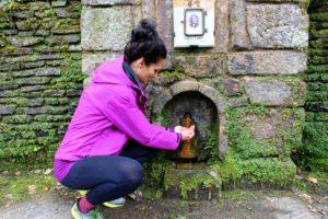Sandra Exl bei einem Brunnen im Kurpark vom Curhaus Bad Mühllacken