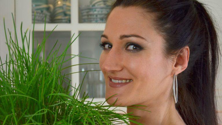 Sandra Exl mit einer Pflanze