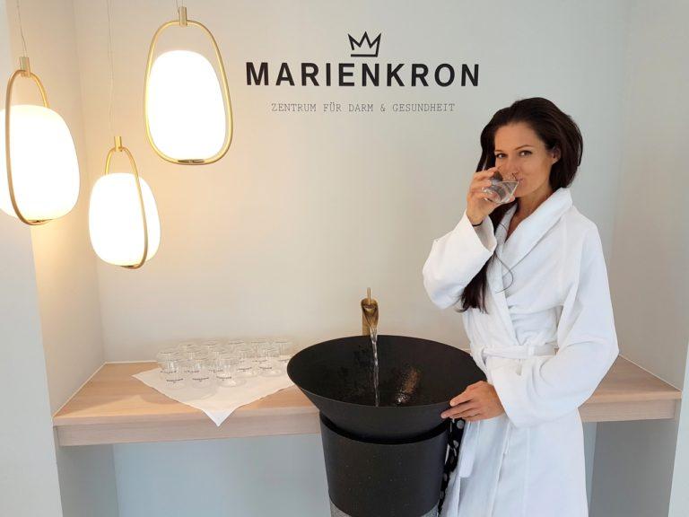Sandra Exl beim Wassertrinken im Kurhaus Marienkron