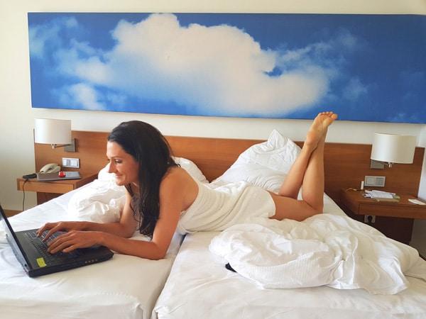 Sandra Exl im Zimmer vom Gesundheitsresort Lebensquell Bad Zell